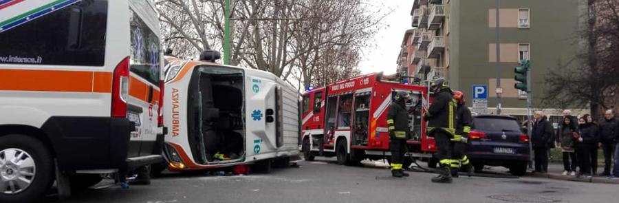 Ambulanza ribaltata